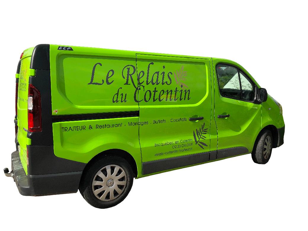 Véhicule Renault Trafic vert pomme décoré avec le logo du Relais du Cotentin